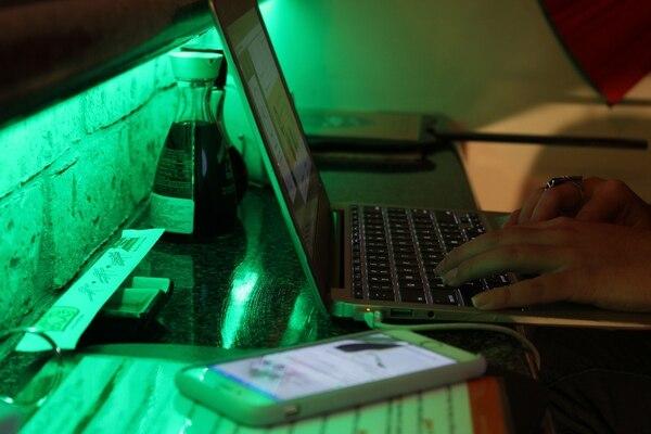 La barra cuenta con tomacorrientes para quienes portan su cargador del celular o laptop.