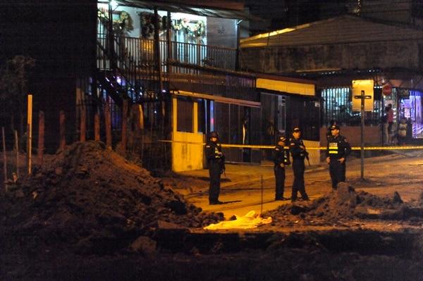 A un costado del motel Cascada Azul, entre Zapote y San Francisco de Dos Ríos, fue dejado el cuerpo de un hombre con múltiples heridas en el rostro. Foto: Gesline Anrango