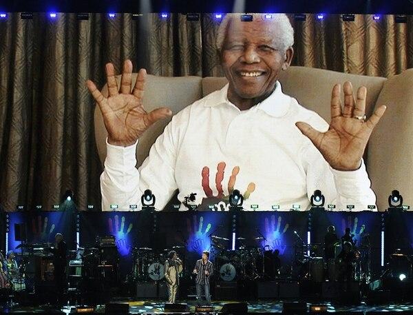 Celebrando con música: los músicos Chris Chamelon y Baaba Maal cantanto en vivo durante el concierto en Radio City Music Hall, en la ciudad de Nueva York, EE.UU., en conmemoración de los 91 años de Nelson Mandela, en el 2009. Este fue uno de los tantos eventos organizados entre la Fundación de Nelson Mandela y 46664, que generó festivales en diversas partes del mundo. Fotografía: AFP.