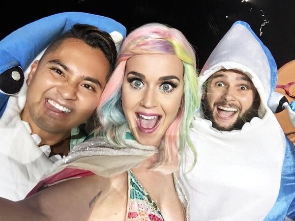 Isaac Manzanares y Daniel Cabada posan para un selfie con Katy Perry, durante su concierto en Parque Viva el domingo 18.