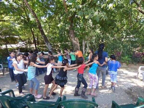 Niños de la Escuela El Llano, en Santa Cruz de Guanacaste, disfrutan de su fiesta de la alegría para cerrar el ciclo lectivo 2013.