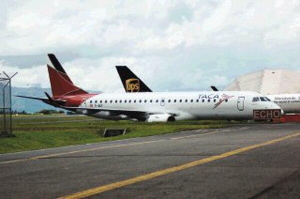 Los nuevos aviones Embraer son los primeros en incorporar el cambio de imagen y de logo que implementó TACA. | JOSÉ DÍAZ