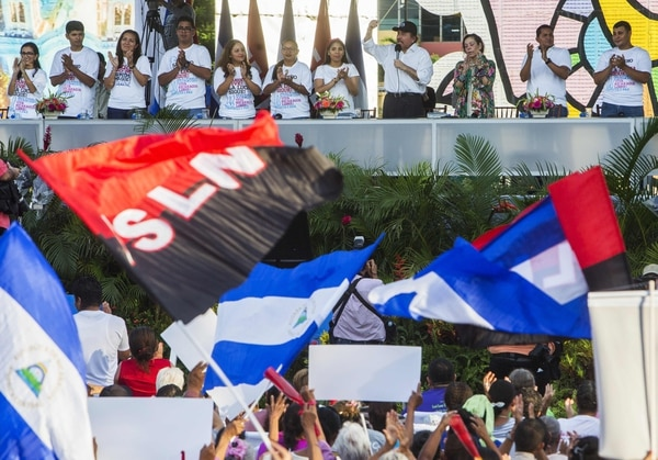 El presidente Daniel Ortega (con gorra) y la vicepresidenta Rosario Murillo (a su derecha) durante un mitin en homenaje al Día de la Madre, este miércoles 30 de mayo del 2018 en Managua.