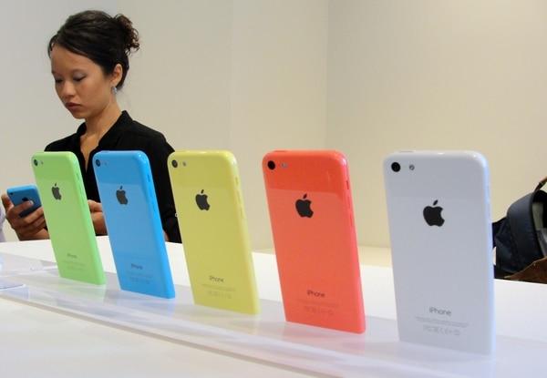 El iPhone 5C viene en varios colores y a menor costo.