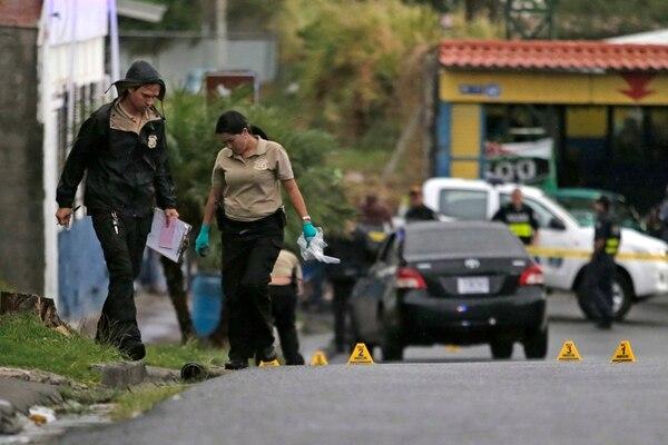 Agentes de Recolección de Indicios del OIJ ubicaron varios casquillos de pistola en la escena. | ALBERT MARÍN