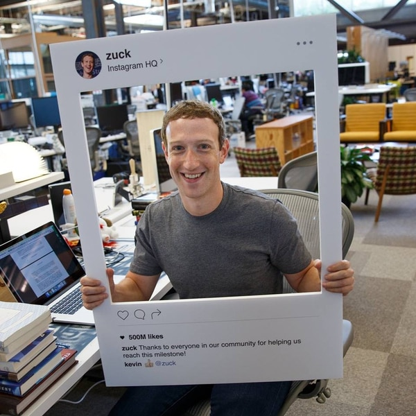 Zuckerberg subió su fotografía desde su oficina donde mostró sin querer su herramienta de seguridad más confiable: un trozo de cinta. | FOTO: FACEBOOK