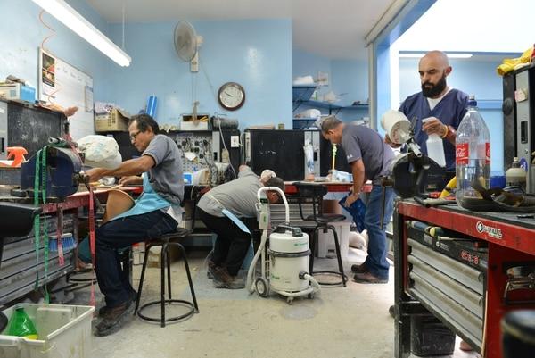 Técnicos del taller de prótesis, de la CCSS, afinan las piezas que luego servirán para fabricar las prótesis a pacientes amputados por diferentes causas, principalmente diabetes y accidentes de tránsito. ALBERT MARÍN