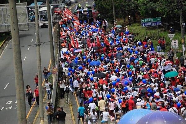 Un grupo de huelguistas marchaban a eso de las 11 a. m. hacia la Asamblea Legislativa desde la rotonda de la Hispanidad. Rafael Pacheco