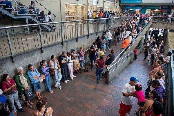 Consumidores hacían filas el martes en un supermercado de Caracas en procura de conseguir productos básicos.