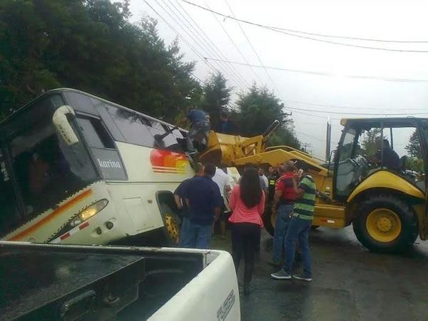 Con la ayuda de un tractor, los cruzrojistas sacaron por las ventanas a los heridos y demás pasajeros del bus.