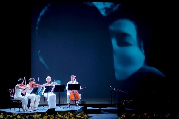 El Cuarteto Massala, con el filme 'Patriotismo', de Yukio Mishima, como fondo para su interpretación del cuarteto de Philip Glass compuesto para un filme sobre el autor japonés.