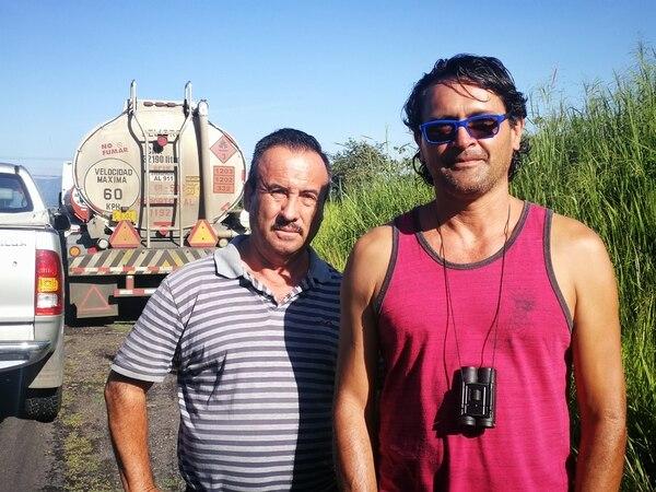 Rodrigo Retana (izq.) es un trailero que lleva combustible hasta Quepos. Marco García, transporta combustible a Zapote y San Ramón. Vecino de Curridabat (derecha). Foto: Joselyne Ugarte