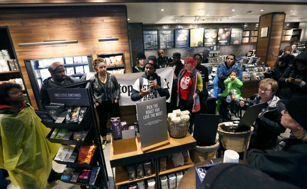 En abril, manifestantes ingresaron en una cafetería de Starbucks en Filadelfia, Estados Unidos, centro de una controversia por el arresto de dos negros. (AP Photo/Jacqueline Larma)