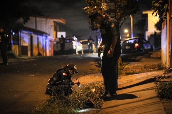 Tiempo después del doble homicidio, oficiales de Fuerza Pública ayudaron a buscar casquillos en la escena del crimen. | GABRIELA TELLEZ.