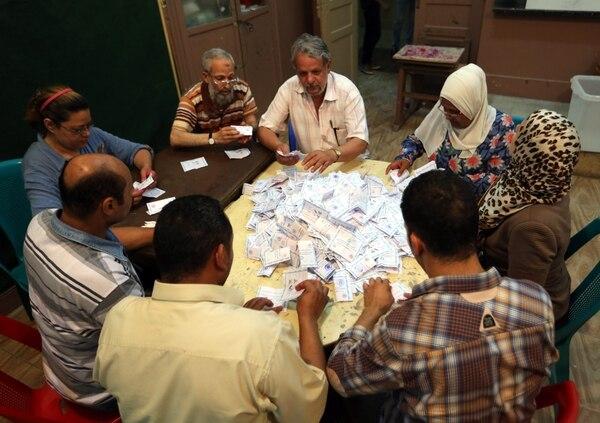 Jurados cuentan los votos en un centro electoral. Los colegios en Egipto cerraron hoy en el tercer y último día de elecciones presidenciales en el país.