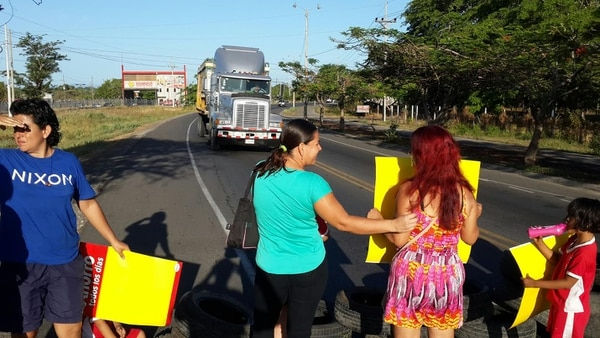 Los padres bloquearon la carretera durante dos horas y afectaron a decenas de conductores.