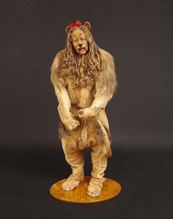 El disfraz de león fue autenticado como el utilizado por Lahr en la cinta de 1939. La cara está esculpida a imagen del fallecido actor.