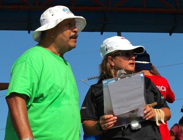 El entrenador Francisco Rivas, junto a su asistente Elizabeth Zumbado, en uno de los entrenamientos del equipo de la Asociación de Natación El Milenio, que entrena en el Club H2O. Fotografía: Cortesía Elizabeth Zumbado