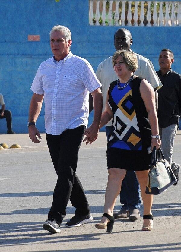 Miguel Díaz-Canel y su esposa, Liz Cuesta, se dirigían a votar en la ciudad de Santa Clara durante los comicios legislativos del 11 de marzo del 2018.