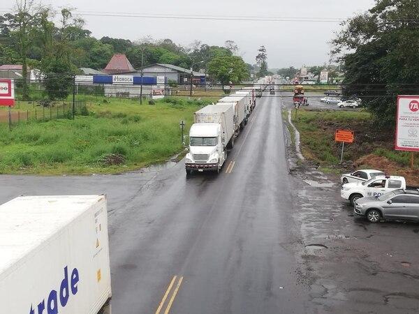 En el centro de Guápiles, las filas de vehículos que se dirigen hacia Limón es de varios kilómetros. Foto de Reiner Montero.