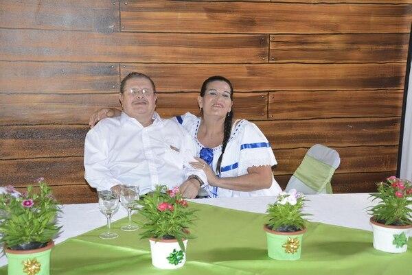 """Para el amor no hay edad, sino que lo digan Ana Solano y Lencho Salazar que a los 57 y 81 años, respectivamente, volvieron a decir """"sí acepto"""". Esta fotografía fue tomada en agosto del 2015. Fotografía: Archivo."""