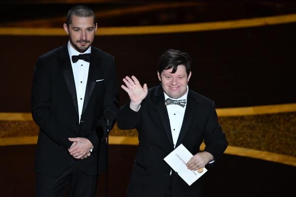 Shia LaBeouf y Zack Gottsagen presentaron el premio a mejor cortometraje, en los premios de la Academia. Fotografía: Mark Ralston/AFP.