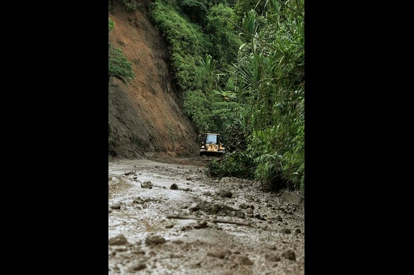 Pese a las lluvias que desde el mediodía retornaron a algunas zonas de la ruta a Guápiles, los trabajos seguían para remover los derrumbes que obligaron a cerrar el paso desde este jueves.