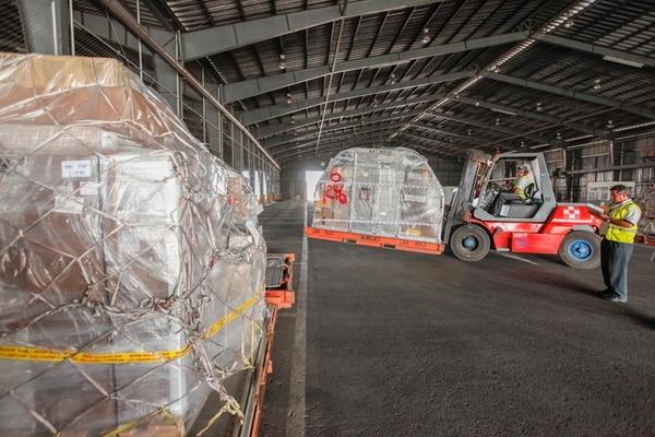 Descarga de mercancías en el aeropuerto Juan Santamaría el mes pasado. Las importaciones se han desacelerado y eso merma la recaudación de impuestos por esa vía. En los primeros siete meses de este año, los ingresos totales por impuestos crecieron 10%.   ARCHIVO/JORGE ARCE
