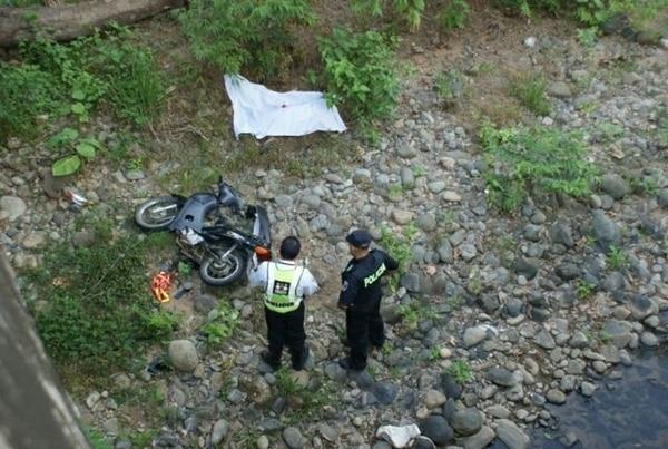 Motociclista muere cuando se sale de la carretera y cae a río - 1