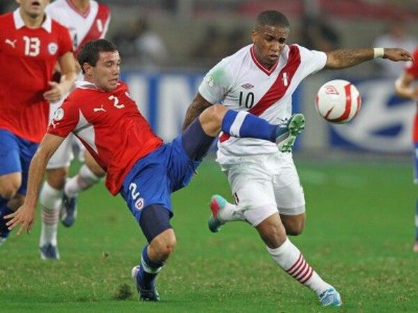El futbolista chileno Eugenio Mena (izquierda) durante un juego ante la selección de Perú.