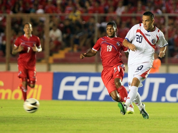 David Guzmán realiza un servicio en el encuentro amistoso de la Selección de Costa Rica ante Panamá.