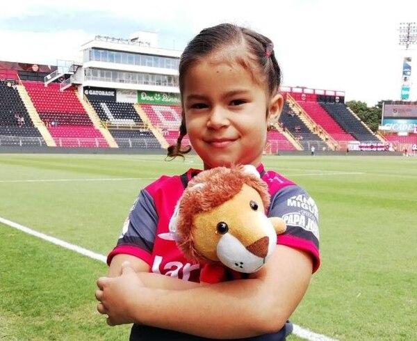 Marypaz llegó con su papá muy temprano al Morera Soto. Fotografía: Cortesía