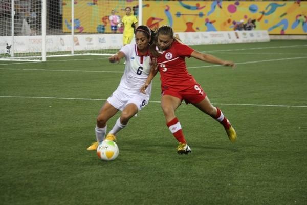 Karol Sánchez disputa el balón con Rebeca Quinn. | COMITÉ OLÍMPICO