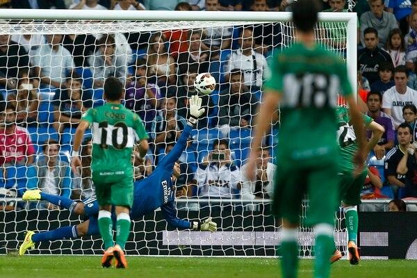 El arquero costarricense Keylor Navas adivinó el tiro de penal, pero no alcanzó a taparlo. El remate de Albacar (fuera de la foto) se metió por el ángulo superior izquierdo del portero del Real Madrid ayer en el Bernabéu. | AP