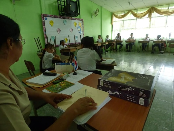 Xinia Rojas, docente de la escuela IDA Río Banano en Limón, recibe a los estudiantes que tendrá a cargo este año.