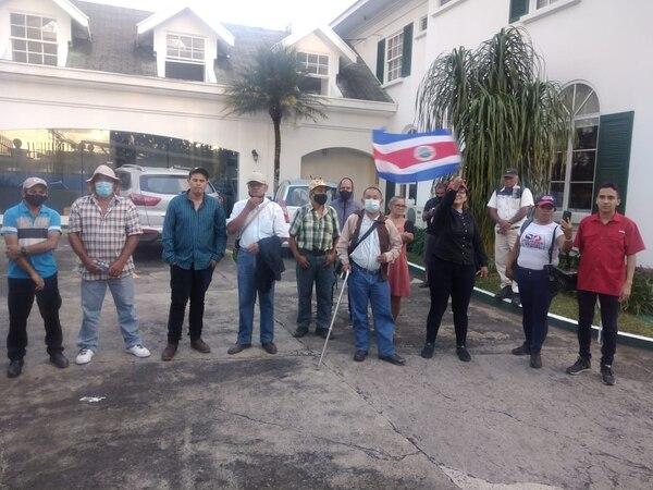 Este fue el grupo de manifestantes que irrumpió en la Corte IDH con una bandera de Costa Rica y acompañados por el líder del autodenominado Movimiento Estudiantil de Secundaria (Medse), Kenneth Sánchez. Foto: cortesía Jeison Leitón
