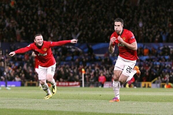 Robin Van Persie (der.) y Wayne Rooney celebran el tercer gol del Manchester United, que de paso les dio la clasificación a los cuartos de final.