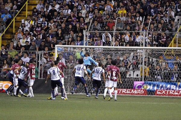 Gol con el que cartaginés empató a Saprissa. | CARLOS GONZÁLEZ