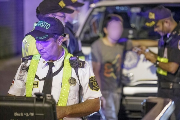En un operativo de tránsito, a finales del 2015, los oficiales detuvieron a este joven quien conducía con exceso de alcohol. En su carro encontraron botellas y latas de licor. Según datos del INEC y del IAFA, en el 30% de las muertes en vías hay licor incolucrado.   ARCHIVO/ANDRÉS ARCE