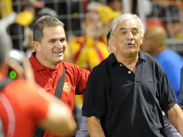 Odir Jacques (centro) y Roberto Carpio (izq), vocero del Herediano, mantienen opiniones divididas tras la salida del estratega del club. | ARCHIVO.