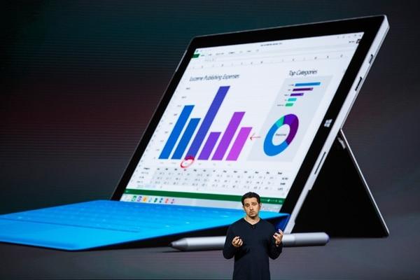 El vicepresidente de Microsoft Panos Panay presenta una nueva tablet llamada Surface Pro 4.
