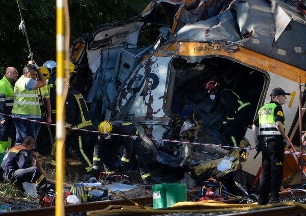 Bomberos y otras autoridades trabajaban este viernes en el lugar del accidente en O Porriño, donde al parecer, el exceso de velocidad causó el accidente que dejó como resultado cuatro personas fallecidas.