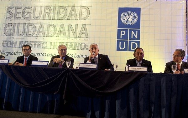 El presidente de Guatemala, Otto Pérez (centro) conoció el informe que le presentaron los altos personeros de la ONU sobre la criminalidad en Latinoamérica y su impacto en la calidad de vida de los habitantes.