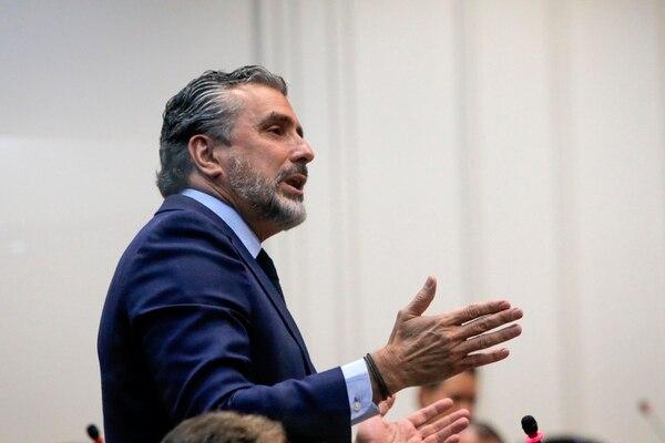 El diputado Otto Guevara perderá la dieta porque rechazó votar sí o no para el levantamiento de la inmunidad del magistrado penal suspendido Celso Gamboa, pese a estar presente en el plenario. Foto: Rafael Pacheco.