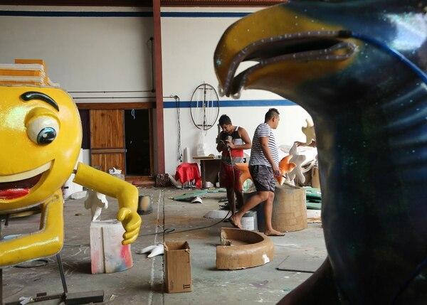 Artistas plásticos detallan piezas de las carrozas. Fotografía: Albert Marín.