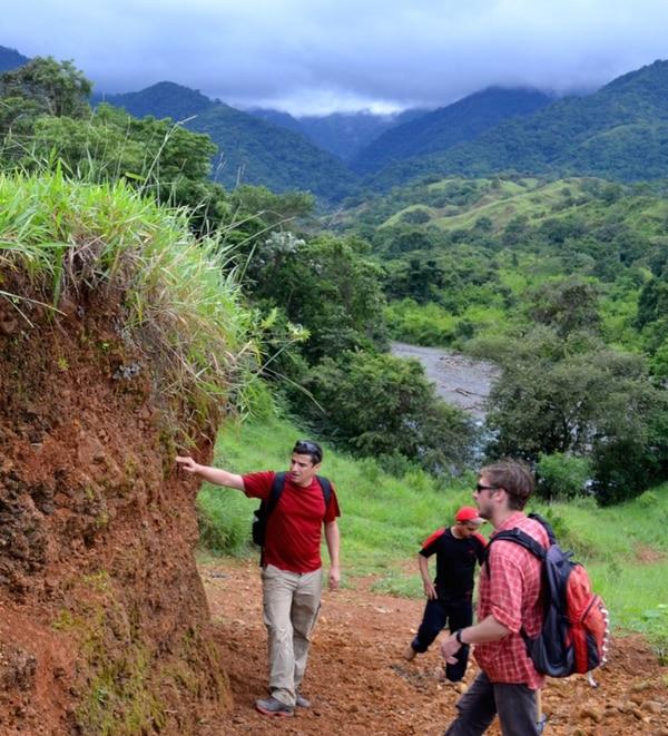 El geólogo costarricense Esteban Gazel (izq) ha sido autor y colaborador de cerca de 35 publicaciones científicas relacionadas con vulcanología, geoquímica y petrología.   ESTEBAN GAZEL PARA LN