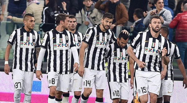 Los jugadores de la Juventus felicitan a su compañero Carlos Tévez tras anotar ante Fiorentina.