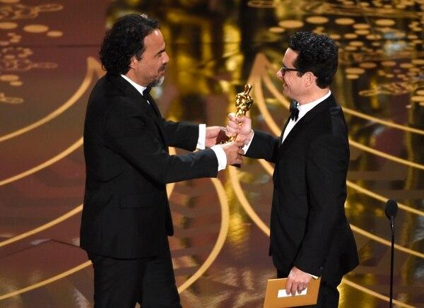 J.J. Abrams le entrega el Óscar al mejor director del 2016: Alejandro González Iñárritu.