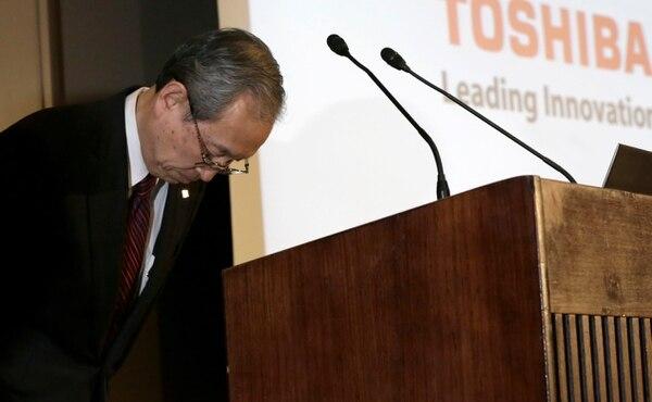 Presidente de Toshiba Satoshi Tsunakawa en conferencia de prensa.