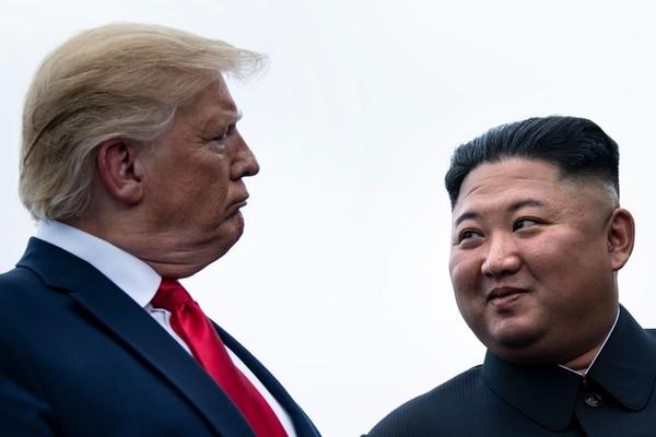 El presidente Donald Trump (izquierda) y el líder norcoreano, Kim Jong un conversaban antes de reunirse el domingo 30 de junio del 2019 en la Zona Desmilitarizada intercoreana.